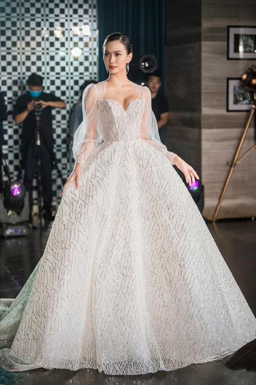 Đội ngũ thiết kế tiết lộ từng chiếc váy trong BST đều được dựng hình, tạo ra bản vẽ 3D trên máy tính sao cho khi dựng váy thực tế thì chi tiết ghép nối, phom dáng sẽ chính xác tới từng milimet.