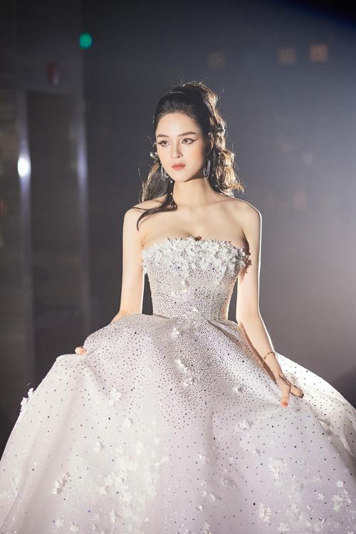 Tối 25/10, Á hậu Hoàng Anh đã nhận lời mở màn cho show thời trang của một thương hiệu váy cưới trong nước. Tất cả các váy trong show diễn thuộc bộ sưu tập (BST) dòng váy luxury (xa xỉ) đầu tiên của thương hiệu, mang tên The Milky Way, được lấy cảm hứng từ muôn triệu vì sao lấp lánh trên bầu trời đêm.