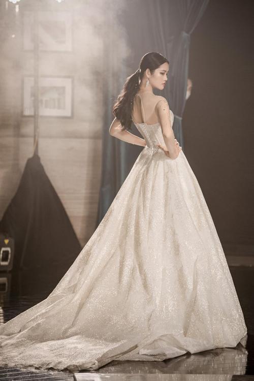 Tùng váy giống như một bức tranh được vẽ bởi pha lê, tái hiện bầu trời đêm đầy sao.