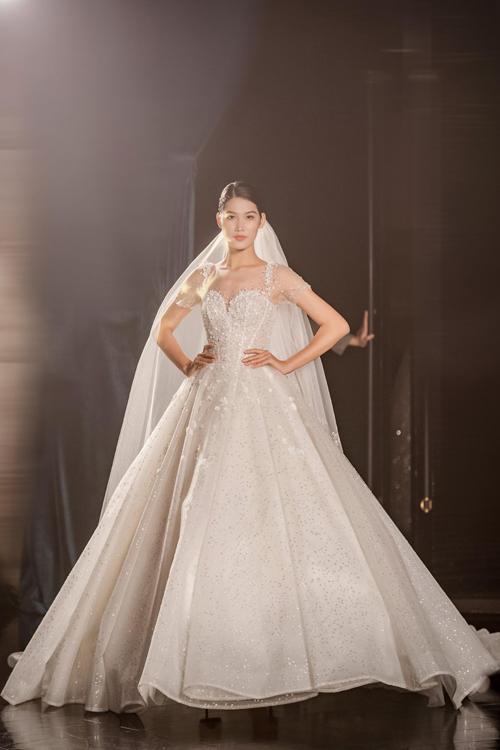Mẫu đầm xòe công chúa có tay áo xuyên thấu, giúp cô dâu thêm gợi cảm.