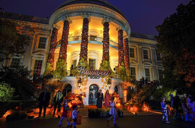 Vợ chồng ông Trump chào đón các em nhỏ đến Nhà Trắng dự tiệc Halloween