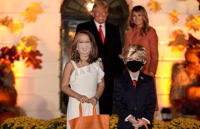 Vợ chồng ông Trump chào đón các em nhỏ đến Nhà Trắng dự tiệc Halloween - 2