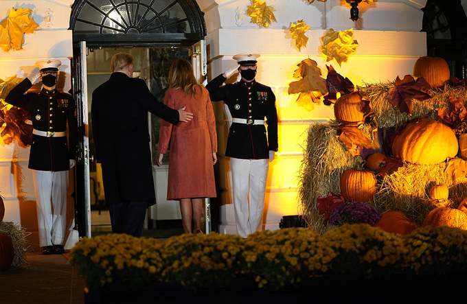 Vợ chồng ông Trump chào đón các em nhỏ đến Nhà Trắng dự tiệc Halloween - 24
