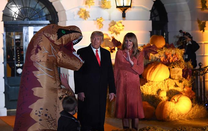 Vợ chồng ông Trump chào đón các em nhỏ đến Nhà Trắng dự tiệc Halloween - 6