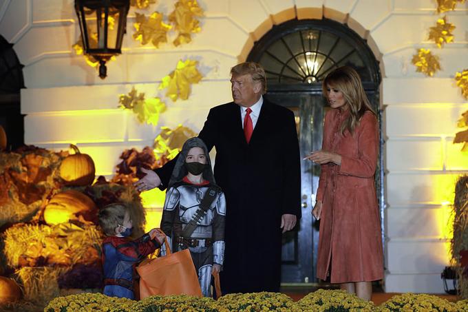 Vợ chồng ông Trump chào đón các em nhỏ đến Nhà Trắng dự tiệc Halloween - 8