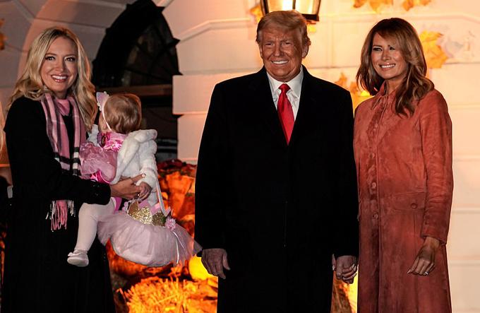 Vợ chồng ông Trump chào đón các em nhỏ đến Nhà Trắng dự tiệc Halloween - 10