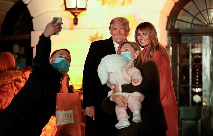 Vợ chồng ông Trump chào đón các em nhỏ đến Nhà Trắng dự tiệc Halloween - 16