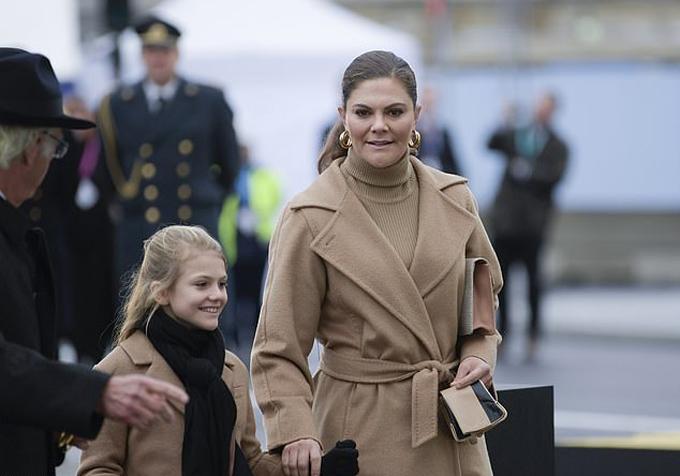 Công chúa Victoria kết hôn với huấn luyện viên cá nhân Daniel Westling vào ngày 19/6/2010 tại Nhà thờ Stockholm và sinh được hai con, Công chúa Estelle, 8 tuổi, và Hoàng tử Oscar, 4 tuổi.