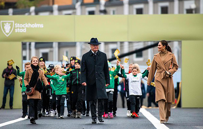 Hôm 25/10, Công chúa Estelle, 8 tuổi, cùng mẹ, Công chúa kế vị Victoria, và Nhà vua Carl Gustaf của Thụy Điển, 74 tuổi, dự lễ khánh thành Cầu vàng mới ở Slussbron, Stockholm.