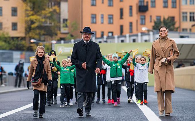 Sau khi cắt dải ruy băng màu vàng, ba thành viên, cũng là ba thế hệ của gia đình hoàng gia, đi bộ qua cây cầu mới, trong khi một nhóm học sinh Thụy Điển đứng ở phía sau cầm cờ vẫy. Chồng của Công chúa Victoria, Hoàng thân Daniel, và con trai nhỏ của họ, Hoàng tử Oscar (4 tuổi), không xuất hiện trong sự kiện này.