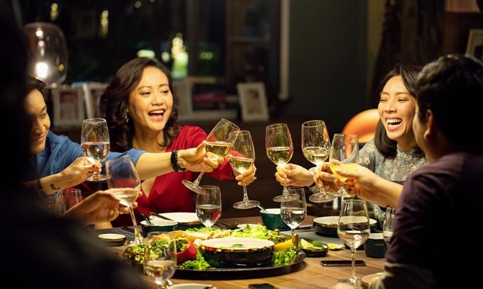 Tiệc trăng máu được đầu tư lớn về bàn tiệc và bối cảnh căn hộ.