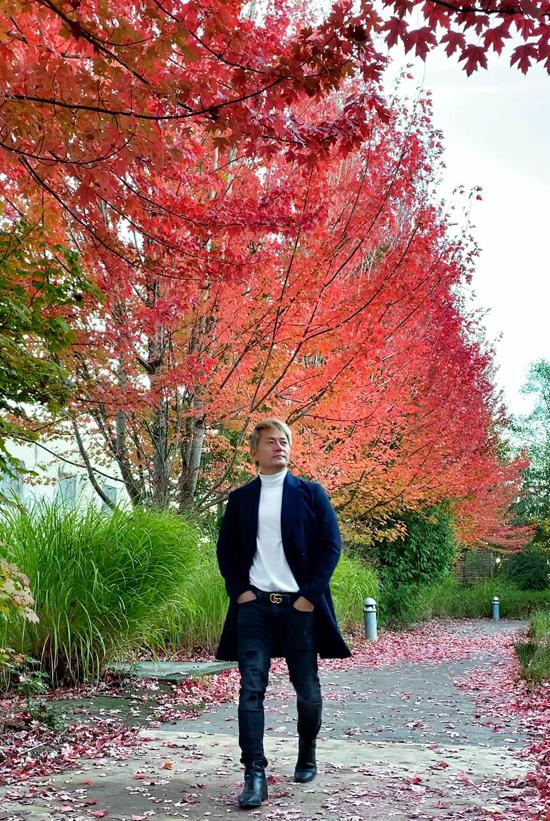 Trương Minh Cường dạo chơi ở Portland - thành phố thuộc tiểu bang Oregon, Mỹ. Trời vào thu lá cây dần chuyển sang màu vàng, màu đỏ rất lãng mạn, đẹp mắt.