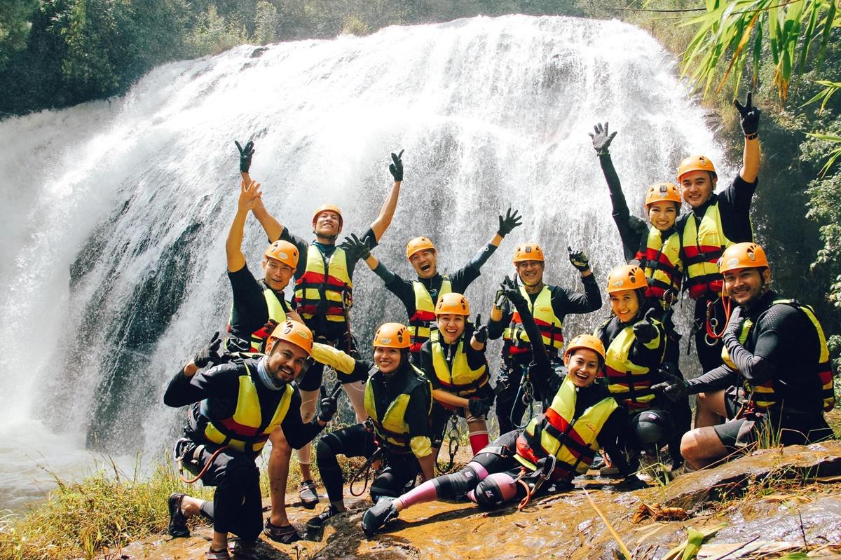 Cả nhóm hào hứng sau khi chinh phục được một con thác.