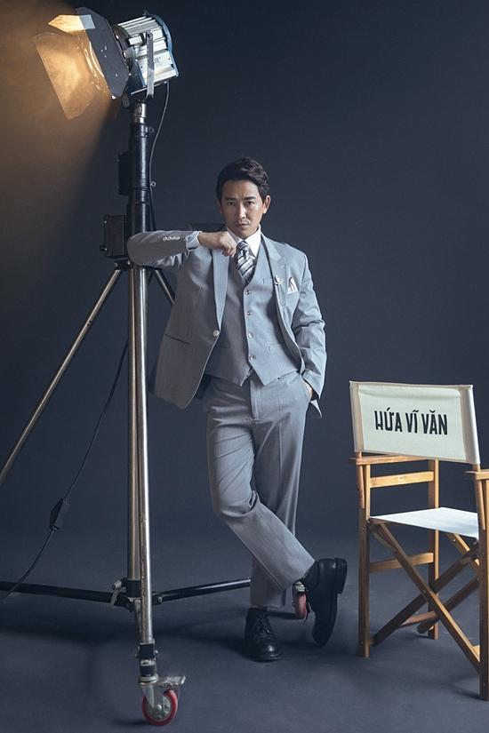 Bộ vest cùng gile, khăn vuông mang đến phong cách chuẩn mực, chỉn chu cho nam diễn viên Tiệc trăng máu.