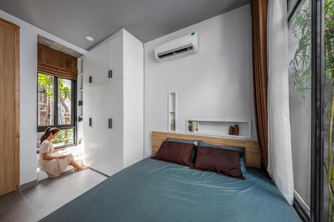 Kế đến là phòng ngủ của gia chủ. Từ nơi này có thể nhìn ra các không gian sân vườn xung quanh nhà. Phía bên phải giường ngủ là một ao nhỏ.