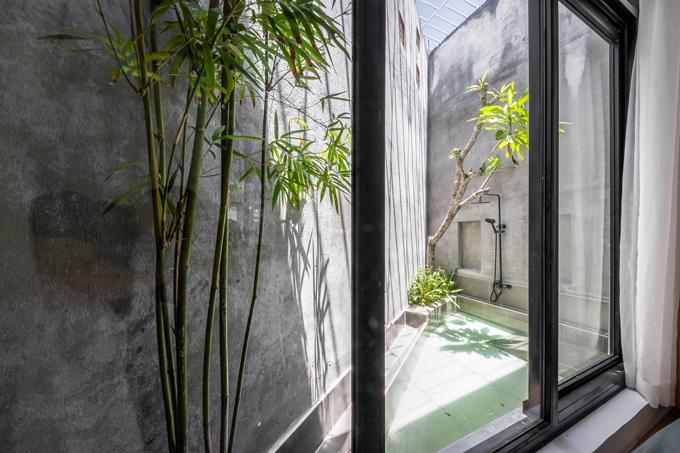 Từ bên trong, gia chủ có thể nhìn ra vườn và ao ngoài trời, có cảm giác thoải mái khi hòa mình vào làn nước.