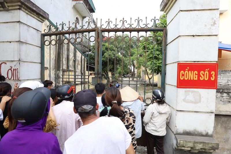 Người nhà của nữ sinh trước cổng vào nhà xác bệnh viện.