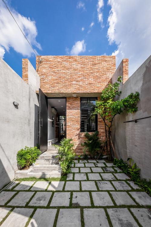Ngôi nhà có tên Nhà ba không gian xanh có tổng diện tích mặt sàn là 94 m2, được hoàn thiện bởi nhóm KTS của A-Boom Design Office vào năm 2020.