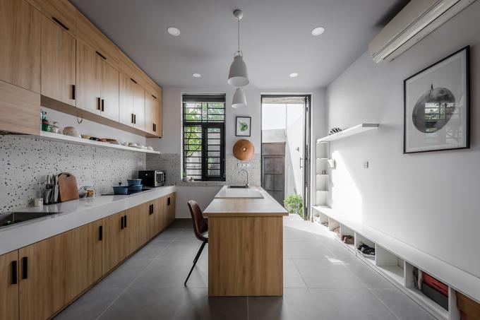 Với tiêu chí không tiếp khách, ngôi nhà được coi là nơi thư giãn, trò chuyện của cặp vợ chồng. Vì thế, bếp được chọn làm khu vực trung tâm, phục vụ mục đích sinh hoạt của gia chủ.