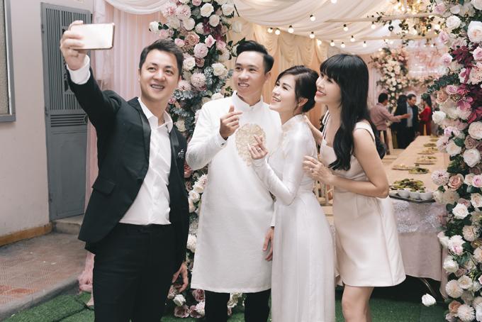 Hai vợ chồng Đăng Khôi - Thủy Anh bay từ TP HCM ra mừng đám hỏi em gái tại Hà Nội.