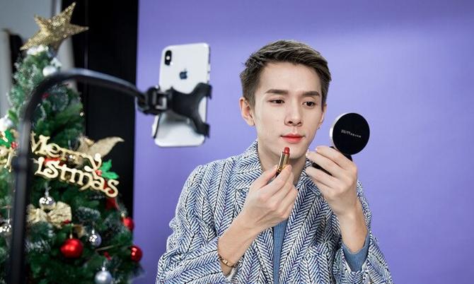 Ngôi sao livestream Austin Li Jiaqi, người được mệnh danh là ông hoàng son môi ở Trung Quốc. Ảnh: China Daily.