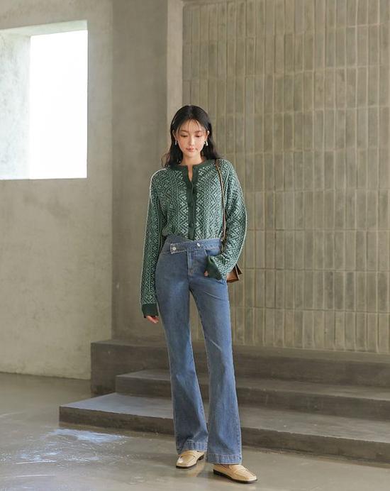 Phối áo dệt kim cùng các mẫu quần jeans dễ hack dáng là công thức đơn giản nhưng luôn mang lại hiệu quả cao.