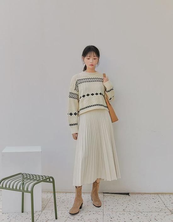 Chọn các mẫu áo cổ điển từ kiểu dáng đến họa tiết để phối cùng chân váy midi, chân váy xòe, váy xếp ly thường được các cô nàng mê phong cách hoài cổ yêu thích.