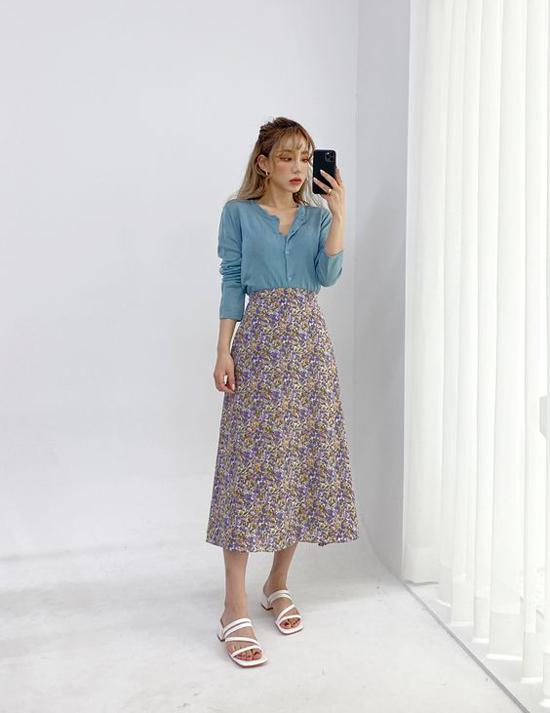 Với áo dệt kim mỏng, phái đẹp công sở có thể sử dụng cùng nhiều kiểu chân váy điệu đà để xây dựng hình ảnh đúng mốt mùa thu.
