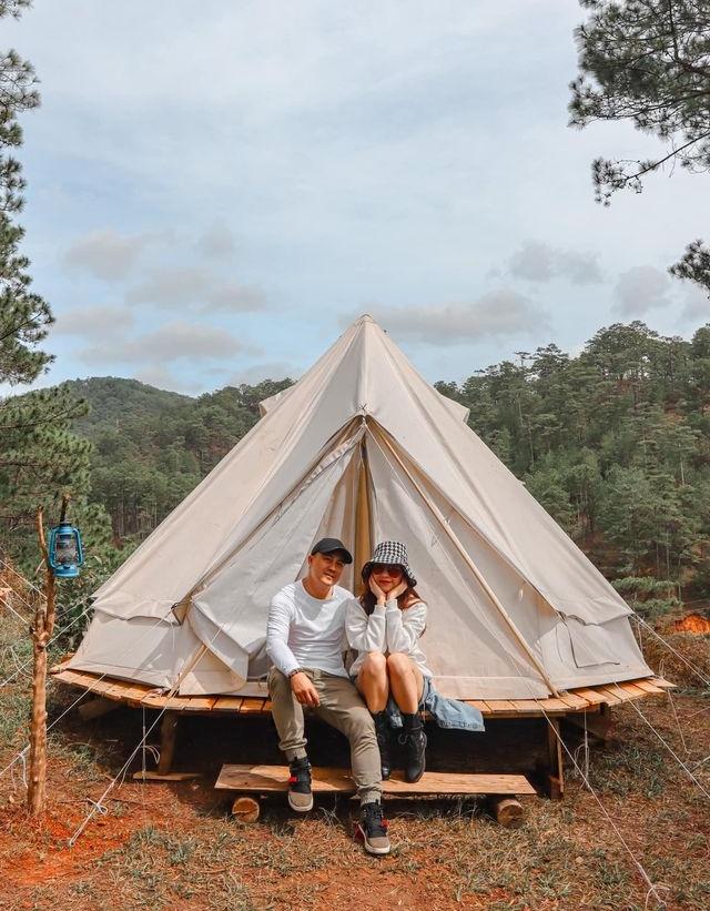 Băng Di và bạn trai check-in trước lều.