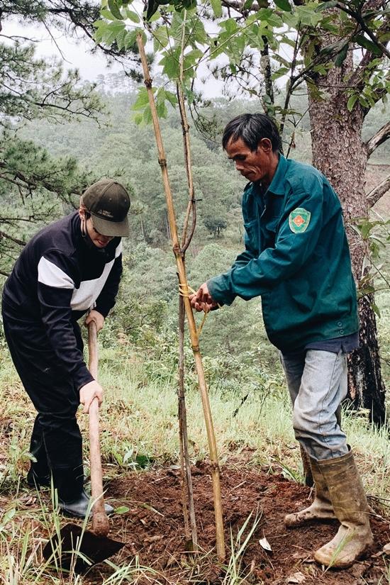Đến cuối tháng 10, Hà Anh Tuấn và các công sự đã khởi trồng 2 cánh rừng. Ở cánh rừng thứ nhất thuộc Tiểu khu 227A, huyện Lạc Dương, Lâm Đồng, đoàn trồng 1500 cây Mai Anh Đào và hỗ trợ chăm sóc toàn bộ cây thông ba lá đang tái sinh tự nhiên.