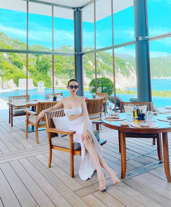 Không chỉ có khung cảnh đẹp, resort này còn được đánh giá cao bởi đồ ăn ngon, sáng tạo. Nhà hàng có không gian thoáng đãng, nhiều ánh sáng, view đẹp hướng ra hồ bơi và biển xanh.