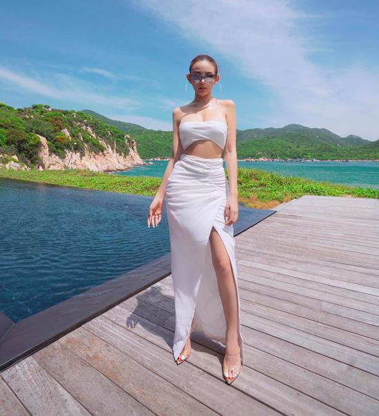 Huyền Baby thường xuyên đi du lịch nước ngoài cùng gia đình và bạn bè. Năm nay, do ảnh hưởng của Covid-19, người đẹp Hà Nội đều lựa chọn các khu resort đẳng cấp trong nước để nghỉ ngơi. Lần này, cô check in khu nghỉ dưỡng cao cấp nhất nhì Việt Nam.