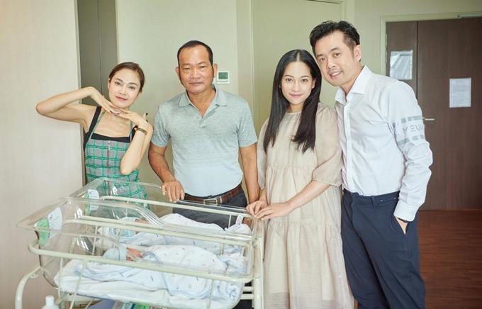 Gia đình Lưu Hiền Trinh có hai chị em. Sara Lưu được nhận xét dịu dàng giống mẹ còn cô cá tính giống bố (thứ hai từ trái sang).