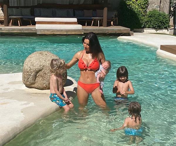 Người đẹp Pilar Rubio gây sốc với hình ảnh gọn gàng bất ngờ khi bế cậu con trai thứ tư chưa đầy tháng hồi tháng 8. Ảnh: Instagram.