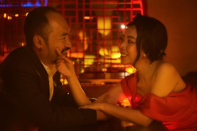 Thoát khỏi hình ảnh bà nội trợ xuề xòa trong Tiệc trăng máu, Thu Trang ngày càng sexy ngoài đời. Cô chọn nhiều set đồ cho bộ ảnh đặc biệt cùng ông xã.