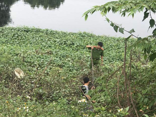 Lực lượng chức năng tìm kiếm nạn nhân trên sông Nhuệ.