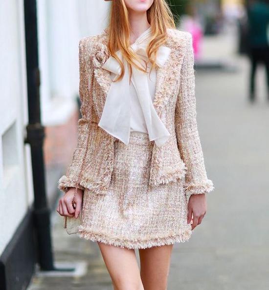 Muốn thanh lịch và trang nhã như Hương Giang, chị em công sở có thể tham khảo các bộ suit tông màu nữ tính và áo blouse lụa mềm mại.