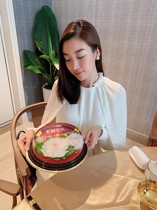 Sinh nhật hoa hậu Đỗ Mỹ Linh từ hôm 13/10 nhưng đến trưa 27/10, hội bạn bông hậu của cô mới có thể tụ tập. Các người đẹp hẹn hò và dùng tiệc sang chảnh tại một khách sạn dát vàng.