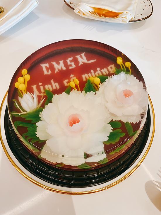 Đỗ Mỹ Linh rất thích thú với chiếc bánh với dòng chữ Chúc mừng sinh nhật Linh cô nương được Ngọc Hân nắn nót.