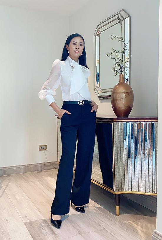Hoa hậu Ngọc Hân diện phong cách doanh nhân với quần âu tối màu và áo sơ mi trắng đi dự tiệc. Từ ngày giảm 8 kg, cô tự tin chinh phục mọi loại váy áo.