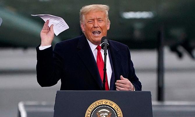 [Ông Trump trong buổi vận động tranh cử ở Martinsburg, bang Pennsylvania hôm 26/10. Ảnh: AP.