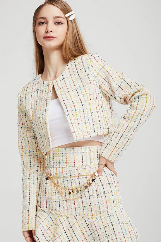 Áo khoác dáng lửng, cổ trụ thường mang lại sự trẻ trung cho người mặc. Ở mùa mốt mới, các mẫu áo khoác được thiết kế đồng điệu cùng chân váy để mang tới nhiều bộ trang phục xinh xắn cho nàng đi tiệc, dạo phố.