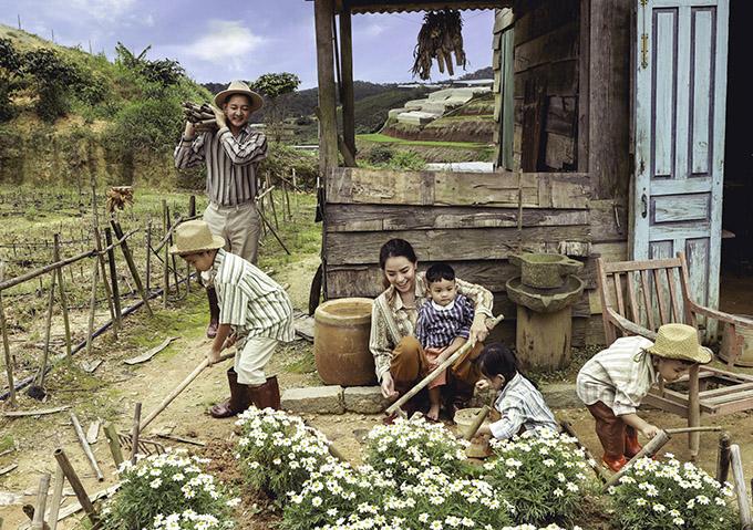 Thành Đạt - Hải Băng thích thú với ý tưởng sắm vai một gia đình đông con ở nông thôn. Bé Kid 8 tuổi đang học lớp hai (con riêng của Thành Đạt và vợ cũ Diệp Bảo Ngọc), bé Kem lên 3 tuổi, bé Koi 2 tuổi và Kio 1,5 tuổi hào hứng làm quen với các dụng cụ làm vườn.
