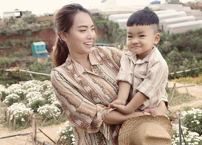 Mặc trang phục giản dị, Hải Băng trông giống một phụ nữ quê, hài lòng với cuộc sống bình yên bên người chồng hiền lành và đàn con ngoan.