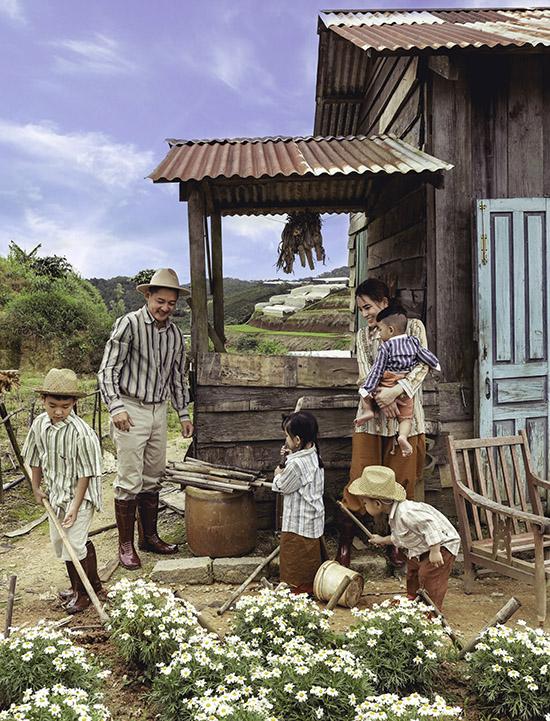 Thành Đạt chia sẻ, dù bận rộn anh luôn cố gắng dành thời gian đưa vợ và các con đi chơi xa, trải nghiệm những điều mới mẻ trong cuộc sống. Gia đình tôi sống ở Sài Gòn, các con lớn lên trong môi trường thành thị, mọi thứ đều có sẵn nên tôi muốn 4 bé làm quen với thiên nhiên, hiểu thêm về cuộc sống của người dân nghèo để từ đó biết trân trọng những gì mình có, yêu thương các loài động vật, cây cỏ xung quanh, Thành Đạt nói.