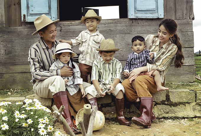 Qua bộ ảnh, vợ chồng nam diễn viên muốn truyền tải thông điệp về ý nghĩa của gia đình và tầm quan trọng của việc ba mẹ dành thời gian chơi đùa, sum vầy bên con cái. Trẻ con không quan trọng giàu nghèo mà cần ba mẹ ở bên là các con vui và hạnh phúc rồi. Về đây chúng tôi dạy các con chơi nhiều trò dân gian để hiểu hơn về tuổi thơ của bố mẹ ngày xưa, Hải Băng chia sẻ.