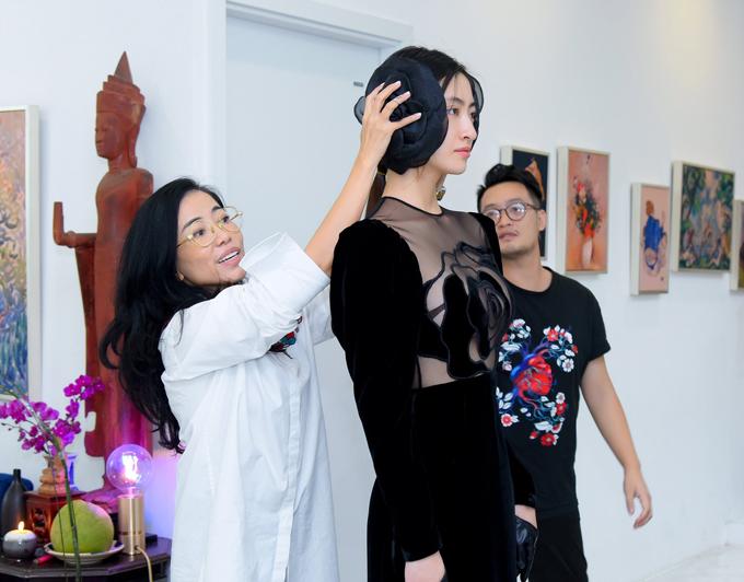 Nhằm chuẩn bị cho đêm diễn, Lương Thùy Linh đã có buổi làm việc cùng nhà thiết kế để thử trang phục - phục kiện và trao đổi về phần nội dụng kịch bản của chương trình.