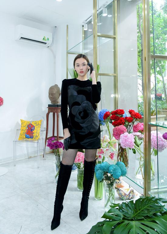 Nổi tiếng trong việc sử dụng nhung và lụa trong các thiết kế của mình, ở bộ sưu tập Hoa hồng đe, Hà Linh Thư còn đưa thêm chất liệu da để mang tới họa tiết độc đáo trên từng bộ váy.