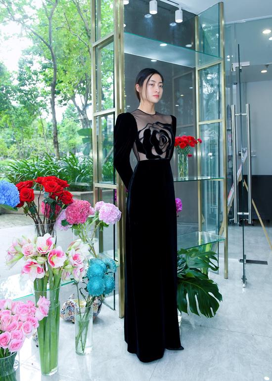 Nhận lời mời tham gia tuần lễ thời trang khá trễ, vì thế Hà Linh Thư chỉ có hai tháng để hoàn thiện bộ sưu tập. Tuy nhiên, theo nhà mốt Việt, 50 bộ trang phục được giới thiệu lần này đều được thực hiện chỉn chu vào theo đúng phong cách cũng như ngôn ngữ thời trang mang đậm dấu ấn của chị.