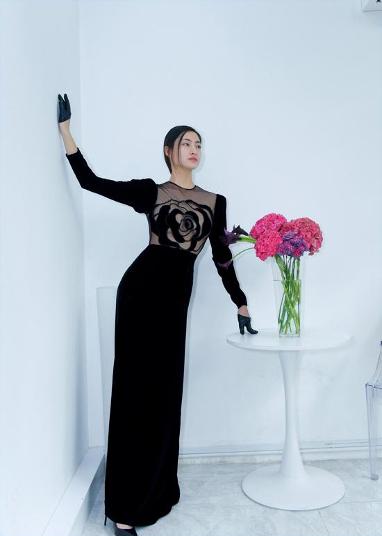 Lương Thùy Linh khoe dáng trong bộ cánh mới nhất của nhà thiết kế Hà Linh Thư. Bộ cánh lấy cảm hứng từ những bông hồng màu đen huyền bí với cách kết hợp nhung cùng vải lưới xuyên thấu.